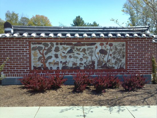 Meadowlark Botanical Garden: decorated wall