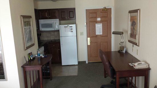 Staybridge Suites Akron-Stow-Cuyahoga Falls : Kitchenette and work area