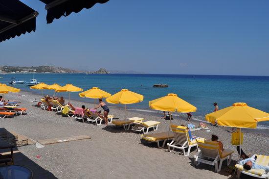 Kokalakis Beach Hotel: Beach at Kamari Bay over the road from Kokalakis