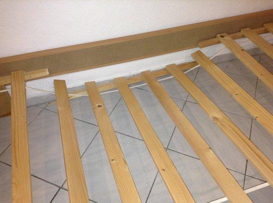 City Pension Storch II : Broken bed