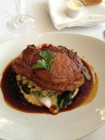 L'Etoile Restaurant: cotelette de porc Willow Creek avec polenta au fromage vieilli 10 ans