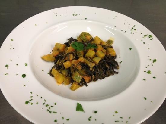 Leone Bianco : tagliolini al nero di seppia con zucchine e gamberi