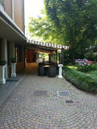 Hotel Terme Salvarola: Side of hotel