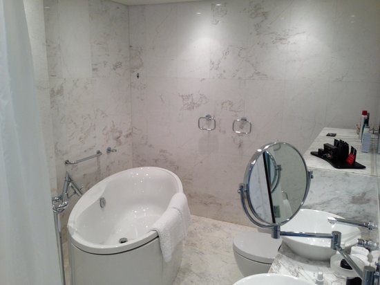 Badezimmer mit Dusch, Bad, Doppellavabos, WC und Fussbad - Bild von ...