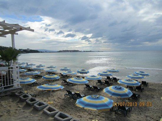 Hotel Kamenec: Городской пляж рядом с отелем