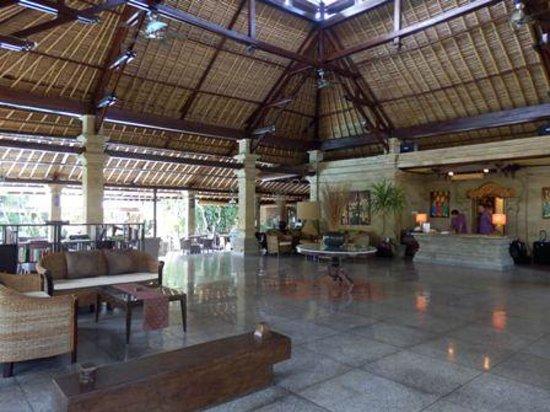 โรงแรมบาหลี อากุง วิลเลจ: open plan reception