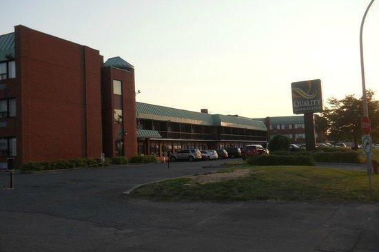 Quality Inn & Suites P.E. Trudeau Airport-Montreal : Qualitity Inn au couché de soleil