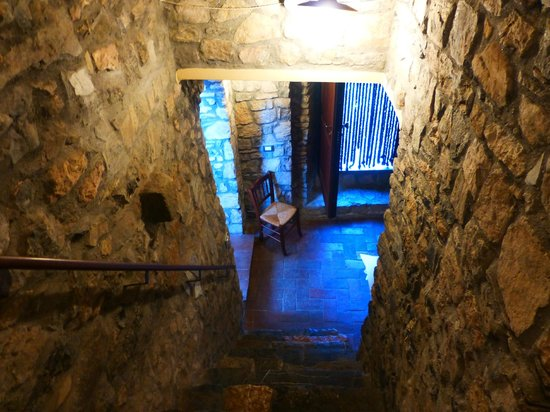 La Campana d'Oro: Stairs down to the dining area