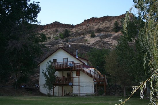 The Lodge at Service Creek: Back of lodge with decks
