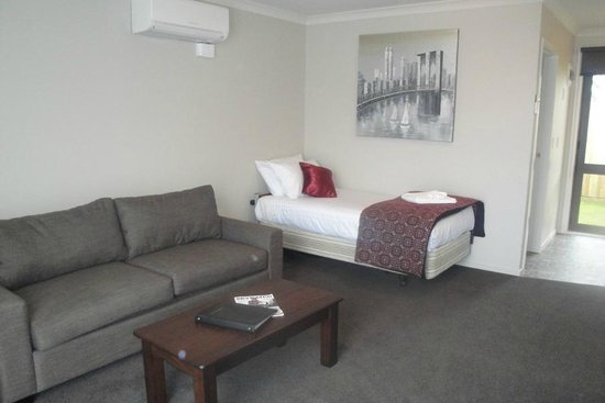Matariki Motor Lodge: Executive One Bedroom lounge with extra single bed