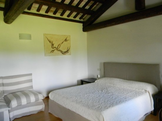Casa di Giulia: il letto e le travi a vista