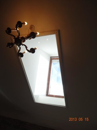 Hillview Cottage B&B: Window in the ceiling