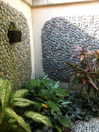Puri Dajuma Cottages: Outside shower
