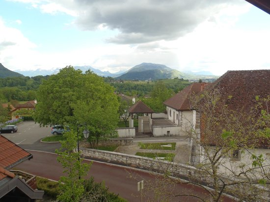 Logis Hotel Restaurant Annecy Nord / Argonay: View from room, parking across the road