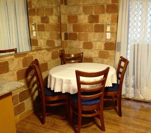 The Golfers Inn: table & chairs in main room