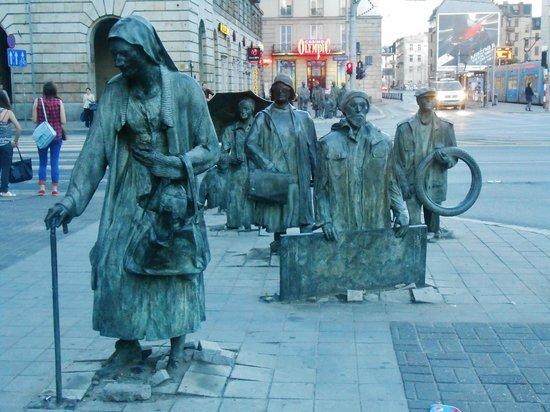 มาร์เก็ตสแควร์: People rising from the pavement