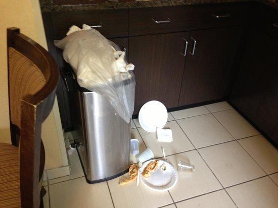 Days Inn Indiana : Trash in breakfast room