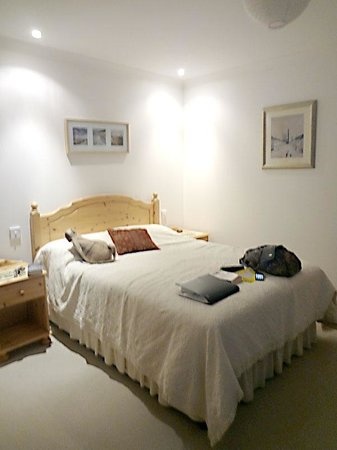 Easter Badbea B&B: A double room (en suite and satellite TV are on the other side of the room).