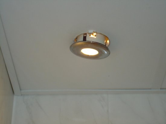 Stuart Hotel & Restaurant: Loose light above shower