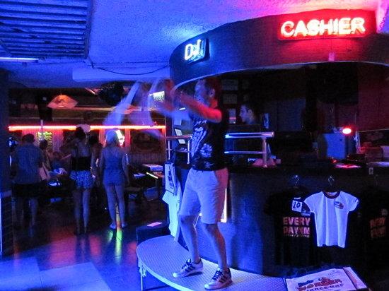 "Wonder Dance Bar: ""Sweet Caroline"""
