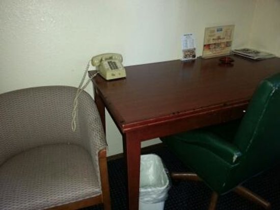Rodeway Inn SeaTac : Dusty filthy desk
