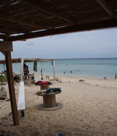 Aragusuku Beach: 屋根付きの休憩所