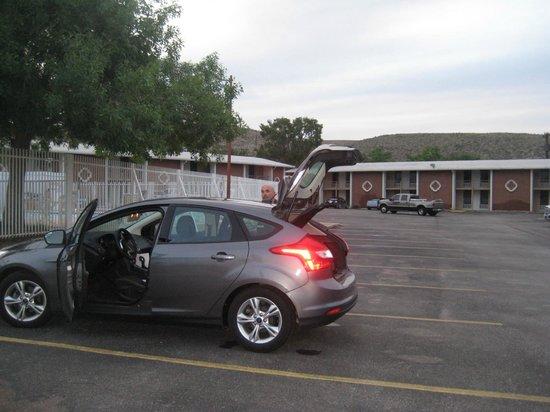 Rodeway Inn: Parking Lot!