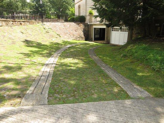 Burritt on the Mountain: Interesting driveway to garage
