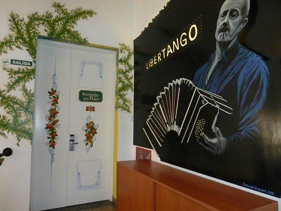 Ayres Portenos Tango Suites: Porta de um dos quartos