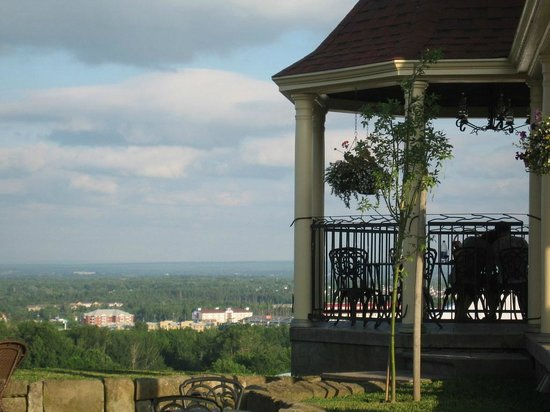 Magnetic Hill Winery and B&B: The gazebo