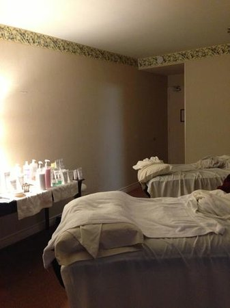 Healing Springs Spa: the couple's room we paid extra money for turned out to be an old hotel room that's not even in