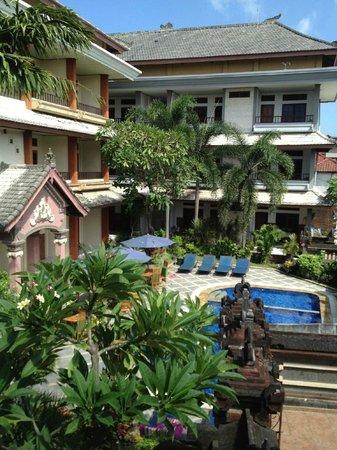 Sandat Hotel Kuta : ホテルの中庭