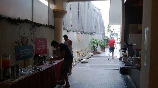Hotel Bencoolen : ingresso albergo, pedestrian way e buffet