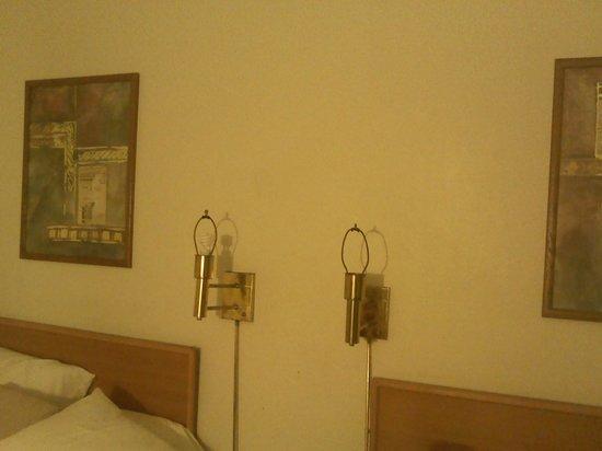 Rockies Inn: no light bulbs or shades
