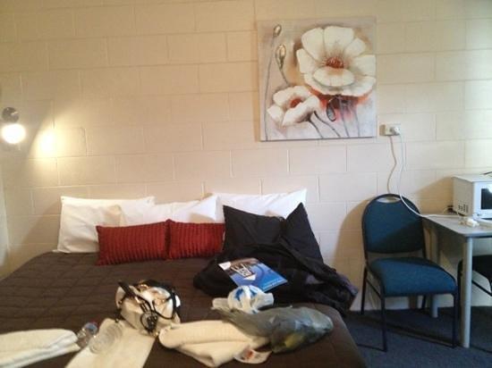 O'Shea's Windsor Hotel: the bed