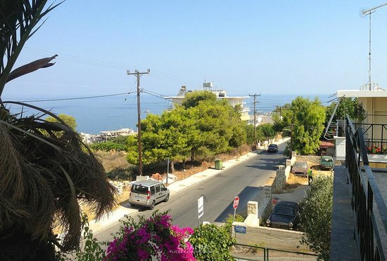Akrotiri: View around, bus stop is just in front of the hotel