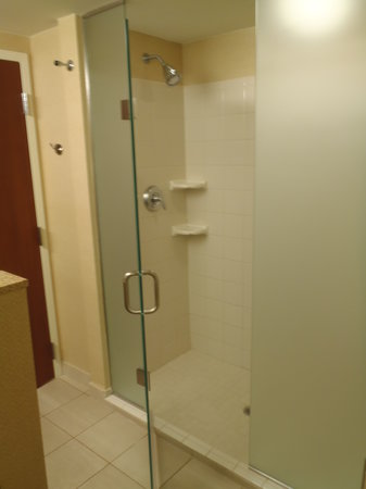 Courtyard Cincinnati North at Union Centre: Frosted Shower Doors
