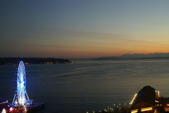 Four Seasons Hotel Seattle: evening view from the pool deck of Puget Sound