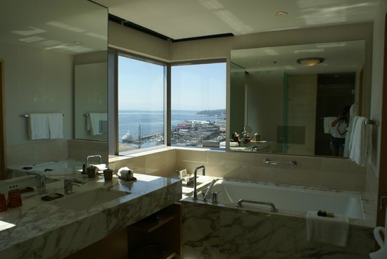 Four Seasons Hotel Seattle: bathroom view of Puget Sound from our corner suite