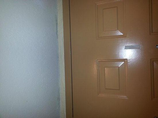 Emerald Coast Inn & Suites: black mold above door