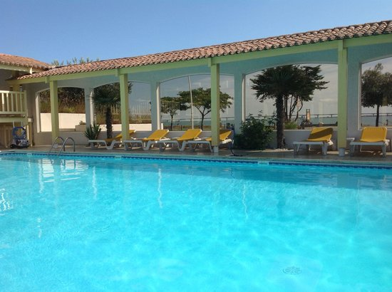 Hôtel Les Cleunes : Une piscine face a la mer