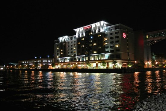 Sheraton Erie Bayfront Hotel: At Night from the Convention Center