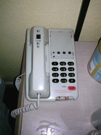 Days Inn Newport News: broken phone