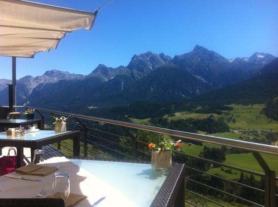 Hotel Paradies: Sicht von der Terasse Richtung Scuol