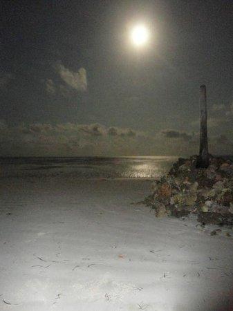 Samaki Lodge & Spa: di notte dalla spiaggia