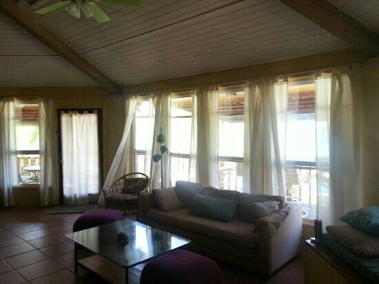 Nautical Inn: The living room in the Coral Reef suite
