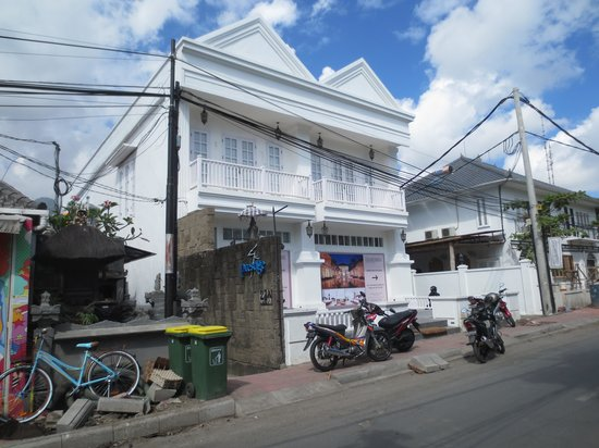 The Colony Hotel Bali : The front of the hotel facing onto Jalan Oberoi