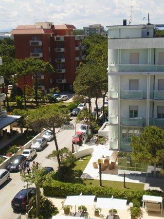 Hotel Sorriso : Вид на отель с крыши отеля Delizia.