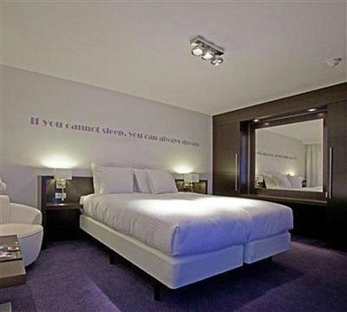 Prachtige luxe kamers met leuke teksten op de muur en luxe ...