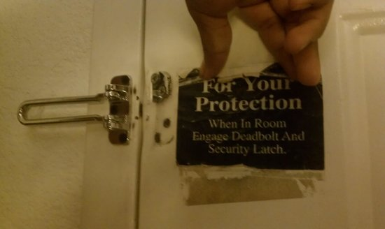 Knights Inn Phoenix North: had to hold up the warning sign to lock your doors,  irronically both locks were unfuntionable!